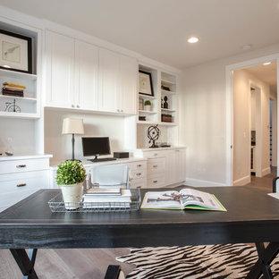 シアトルの巨大なカントリー風おしゃれな書斎 (白い壁、濃色無垢フローリング、暖炉なし、自立型机) の写真