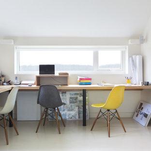 Foto di un grande ufficio minimal con pareti bianche, scrivania incassata e pavimento bianco