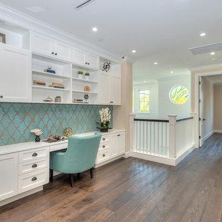 Ispirazione per un ufficio tradizionale con pareti beige, parquet scuro, scrivania incassata e pavimento marrone