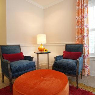 Idee per un grande studio minimal con pareti rosa e pavimento in travertino