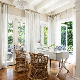 Idee per un ufficio tropicale con pareti beige, pavimento in legno massello medio, nessun camino, scrivania autoportante e pavimento marrone