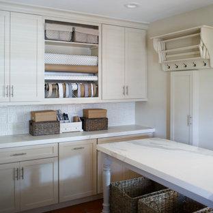 Стильный дизайн: большой кабинет в морском стиле с местом для рукоделия, белыми стенами, полом из терракотовой плитки, встроенным рабочим столом и красным полом - последний тренд