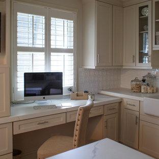 Ispirazione per una grande stanza da lavoro costiera con pareti bianche, pavimento in terracotta, scrivania incassata e pavimento rosso
