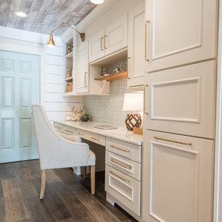 他の地域の小さいカントリー風おしゃれな書斎 (白い壁、クッションフロア、造り付け机、茶色い床) の写真