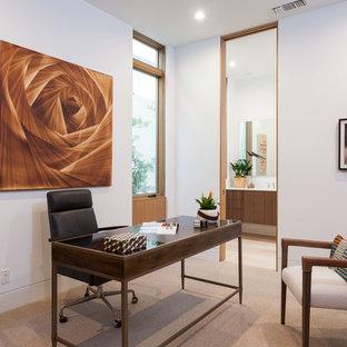オレンジカウンティの大きいコンテンポラリースタイルのおしゃれな書斎 (自立型机、白い壁、カーペット敷き、ベージュの床) の写真