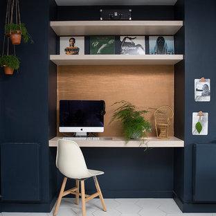 Modelo de despacho bohemio, pequeño, con escritorio empotrado, suelo multicolor y suelo de baldosas de cerámica