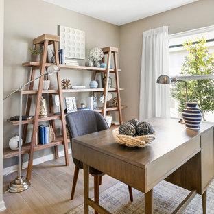 オーランドのビーチスタイルのおしゃれなホームオフィス・書斎 (ベージュの壁、ラミネートの床、自立型机、ベージュの床) の写真