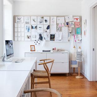 ニューヨークの中くらいのコンテンポラリースタイルのおしゃれなアトリエ・スタジオ (白い壁、無垢フローリング、自立型机、暖炉なし、茶色い床) の写真