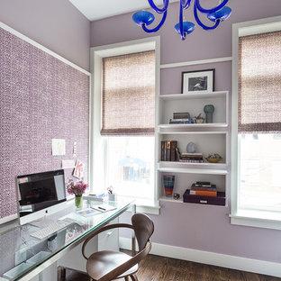 Immagine di un ufficio design con pareti viola, pavimento in legno massello medio e scrivania autoportante