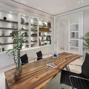 マイアミの地中海スタイルのおしゃれなホームオフィス・仕事部屋 (グレーの壁、自立型机) の写真