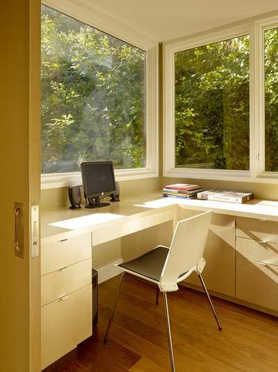 Modern Home Office & Library by John Maniscalco Architecture