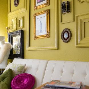 Идея дизайна: маленький кабинет в стиле модернизм с желтыми стенами и отдельно стоящим рабочим столом