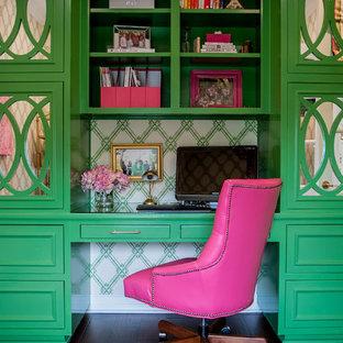 オースティンの中サイズのトランジショナルスタイルのおしゃれなホームオフィス・書斎 (緑の壁、無垢フローリング、自立型机) の写真
