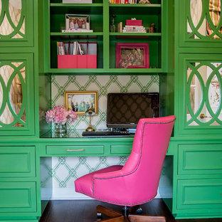 オースティンのトランジショナルスタイルのおしゃれな書斎 (マルチカラーの壁、濃色無垢フローリング、造り付け机、茶色い床) の写真