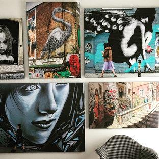 オースティンの小さいエクレクティックスタイルのおしゃれなホームオフィス・書斎 (ラミネートの床、自立型机) の写真