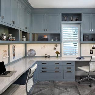 Imagen de despacho clásico renovado, de tamaño medio, con paredes grises, suelo de baldosas de porcelana, escritorio empotrado y suelo gris
