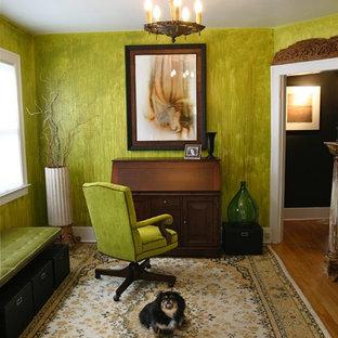 デトロイトの小さいエクレクティックスタイルのおしゃれなホームオフィス・書斎 (緑の壁、無垢フローリング、木材の暖炉まわり、自立型机、ベージュの床) の写真