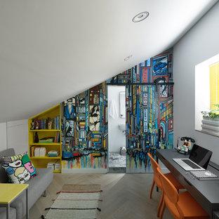 テルアビブのエクレクティックスタイルのおしゃれなホームオフィス・仕事部屋 (マルチカラーの壁、淡色無垢フローリング、自立型机、ベージュの床) の写真