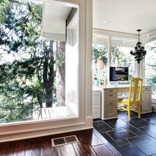 ロサンゼルスのトランジショナルスタイルのおしゃれなホームオフィス・書斎 (自立型机、黒い床) の写真