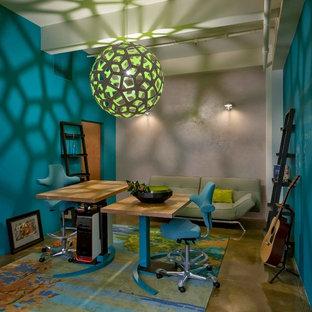 Idéer för ett modernt arbetsrum, med blå väggar och ett fristående skrivbord