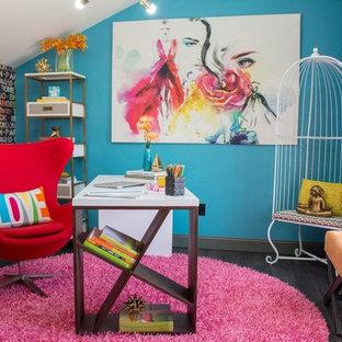 オクラホマシティの小さいコンテンポラリースタイルのおしゃれなアトリエ・スタジオ (青い壁、クッションフロア、自立型机、黒い床) の写真