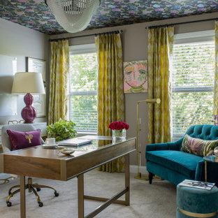 Пример оригинального дизайна: кабинет в современном стиле с серыми стенами, ковровым покрытием, отдельно стоящим рабочим столом, серым полом и потолком с обоями