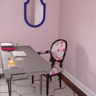 Idéer för ett mellanstort modernt hemmabibliotek, med rosa väggar, mellanmörkt trägolv och ett fristående skrivbord