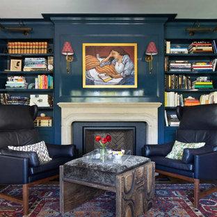 Ejemplo de despacho clásico, grande, con chimenea tradicional, marco de chimenea de hormigón, paredes azules, suelo de madera oscura y suelo marrón