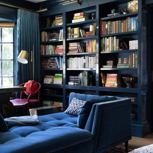 サンフランシスコの広いトラディショナルスタイルのおしゃれなホームオフィス・書斎 (黒い壁、無垢フローリング、ライブラリー、標準型暖炉、コンクリートの暖炉まわり、ベージュの床) の写真