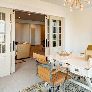 ソルトレイクシティの中サイズのシャビーシック調のおしゃれなアトリエ・スタジオ (グレーの壁、カーペット敷き、自立型机、ベージュの床) の写真