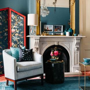 Пример оригинального дизайна: маленький кабинет в современном стиле с библиотекой, зелеными стенами, ковровым покрытием, стандартным камином, фасадом камина из камня, отдельно стоящим рабочим столом и розовым полом