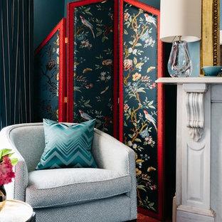 メルボルンの小さいエクレクティックスタイルのおしゃれなホームオフィス・仕事部屋 (ライブラリー、緑の壁、カーペット敷き、標準型暖炉、石材の暖炉まわり、自立型机、ピンクの床) の写真
