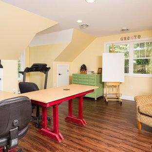 Ispirazione per una stanza da lavoro tradizionale di medie dimensioni con pareti gialle, parquet scuro, nessun camino e scrivania autoportante