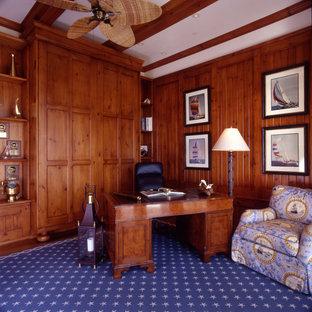 マイアミのビーチスタイルのおしゃれな書斎 (茶色い壁、無垢フローリング、暖炉なし、自立型机、茶色い床、格子天井、表し梁、パネル壁、板張り壁) の写真