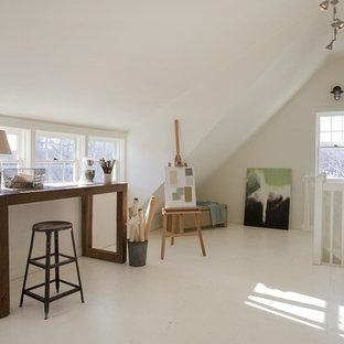 Cette photo montre un bureau bord de mer de type studio avec un mur blanc, un bureau indépendant et un sol blanc.