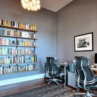 Idee per uno studio contemporaneo di medie dimensioni con pareti grigie, parquet scuro, nessun camino, scrivania autoportante e pavimento marrone