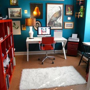 Eklektisches Arbeitszimmer mit blauer Wandfarbe und freistehendem Schreibtisch in Austin