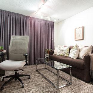 トロントの中サイズのトランジショナルスタイルのおしゃれな書斎 (白い壁、スレートの床、造り付け机) の写真