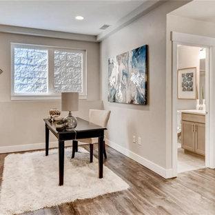 Foto på ett litet funkis hemmastudio, med grå väggar, laminatgolv och brunt golv