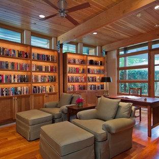Mittelgroßes Rustikales Lesezimmer ohne Kamin mit hellem Holzboden, freistehendem Schreibtisch und beiger Wandfarbe in Dallas