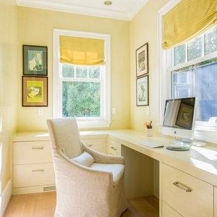 Idées déco pour un bureau classique avec un mur jaune, un sol en bois clair, aucune cheminée et un bureau intégré.