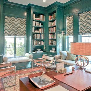 Idéer för ett litet modernt hemmabibliotek, med mellanmörkt trägolv, brunt golv, blå väggar och ett inbyggt skrivbord