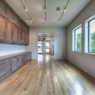 ヒューストンの中くらいのコンテンポラリースタイルのおしゃれなクラフトルーム (赤い壁、無垢フローリング、暖炉なし、造り付け机、茶色い床) の写真