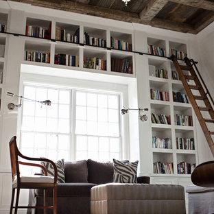 Esempio di un ampio studio country con libreria, pareti bianche, parquet scuro, nessun camino, scrivania incassata e pavimento marrone