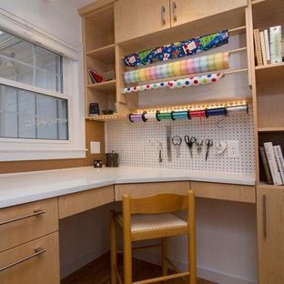 Idéer för att renovera ett litet funkis hobbyrum, med vita väggar, mellanmörkt trägolv, ett inbyggt skrivbord och orange golv
