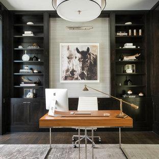 Imagen de despacho actual con suelo de madera oscura y escritorio independiente