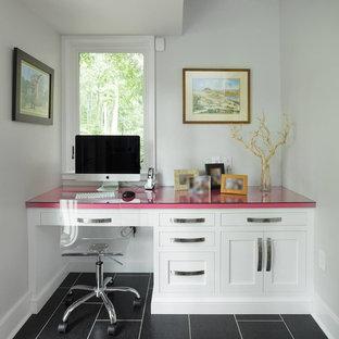 フィラデルフィアの小さいコンテンポラリースタイルのおしゃれなホームオフィス・書斎 (白い壁、クッションフロア、造り付け机、暖炉なし、黒い床) の写真