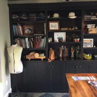 サクラメントの中くらいのカントリー風おしゃれなホームオフィス・書斎 (白い壁、スレートの床、自立型机、ベージュの床) の写真