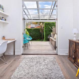 Cette photo montre un petit bureau scandinave avec un mur blanc, un bureau indépendant, un sol gris et sol en stratifié.