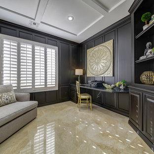 ラスベガスの大きいトラディショナルスタイルのおしゃれな書斎 (茶色い壁、大理石の床、暖炉なし、造り付け机、茶色い床) の写真
